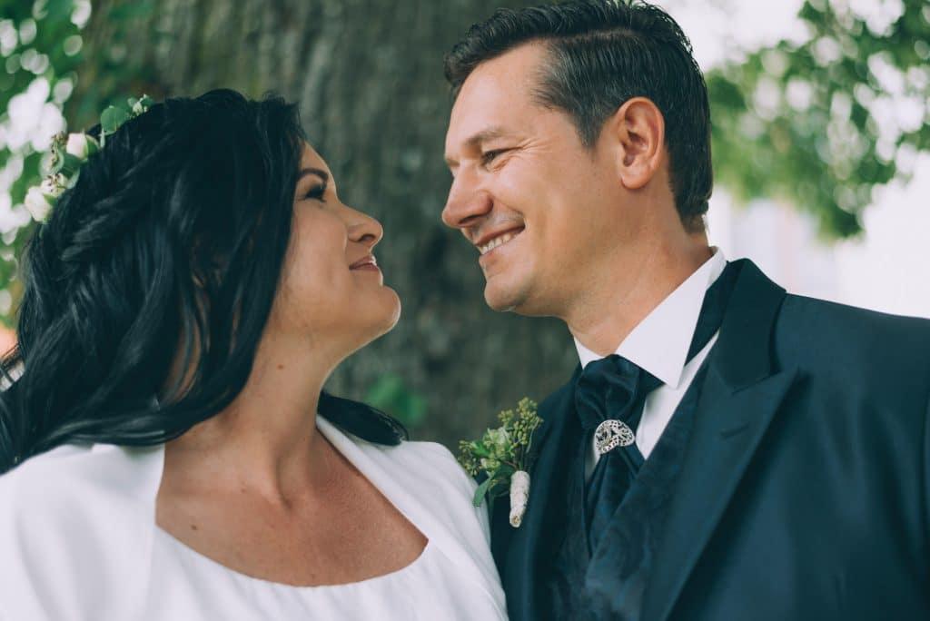 Portrait eines glücklichen Brautpaares