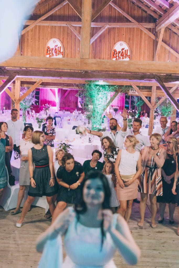 Brautstrauß wird geworfen bei Hochzeitsfeier im Stadl des Schloß Stauff in Frankenmarkt